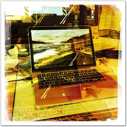 Mitt skrivbord med en udda film och objektivkombination i Hipstamatic